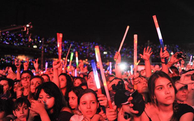 Fãs usam brinquedo que emite luz durante shows prévios à entrada de Justin Bieber no Morumbi (Foto: Flávio Moraes/G1)