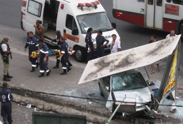 Carro invade ponto d eônibus bonocô (Foto: Fátima Seabra/ Arquivo Pessoal)