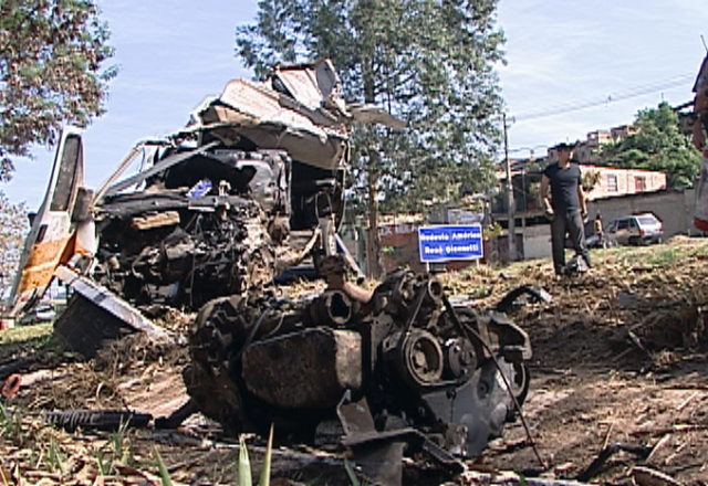 Com o impacto da batida, peças do veículo foram arremessadas (Foto: Reprodução/TV Globo)
