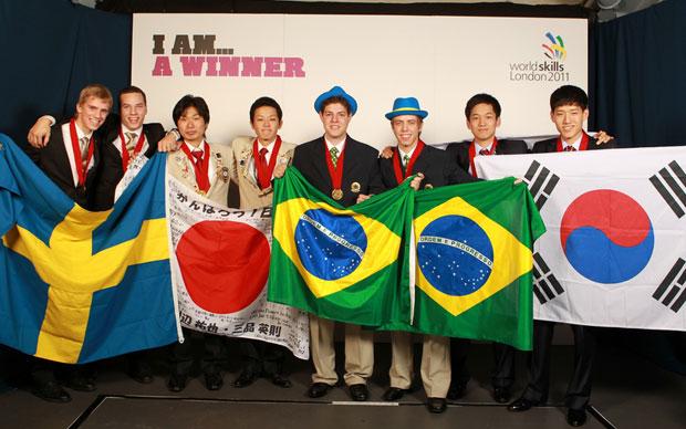 Suecos, japoneses, brasileiros e sul-coreanos participam da cerimônia de premiação (Foto: Divulgação/World Skills)