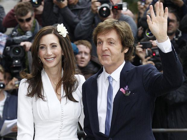 Paul McCartney e Nancy Shevel chegam ao cartório de Londres para cerimônia de casamento, neste domingo (Foto: Reuters)