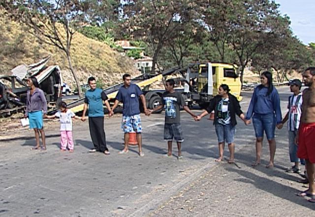 Após o acidente, moradores da região fecharam a via para protestar contra a violência no trecho (Foto: Reprodução/TV Globo)