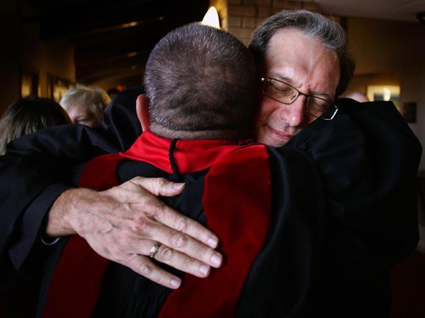 O reverendo Scott Anderson, é abraçado por colegas durante cerimônia de ordenação em Madison, nos EUA (Foto: Wisconsin State Journal, Craig Schreiner / AP)