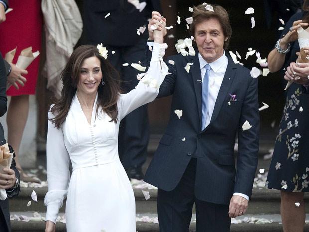 Paul McCartney e Nancy Shevel deixam o cartório em Londres no qual se casaram, neste domingo (Foto: Reuters)