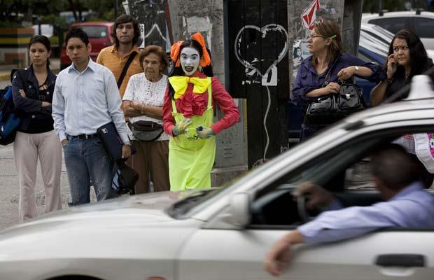 Palhaço dá bronca em motorista que não estava usando o cinto de segurança em Sucre, região metropolitana de Caracas (Foto: AP)