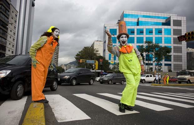 A prefeitura local colocou 120 palhaços mudos nas principais ruas da cidade, com o objetivo de chamar a atenção, educata e polidamente, para as infrações de trânsito de motoristas e pedestres (Foto: AP)