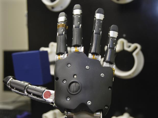 Mão artificial é testada na Universidade de Pittsburgh, nos Estados Unidos. (Foto: Keith Srakocic / AP Photo)