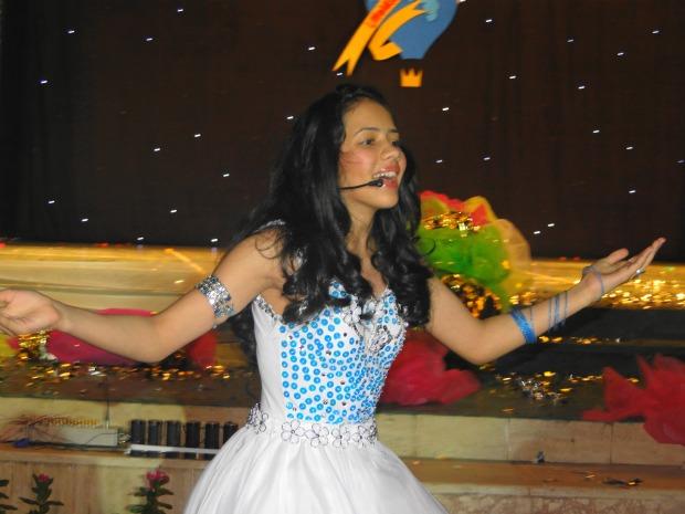 Ana Paula cantou em inglês na apresentação de talentos do concurso (Foto: Divulgação/ Daniela D'Ávila)