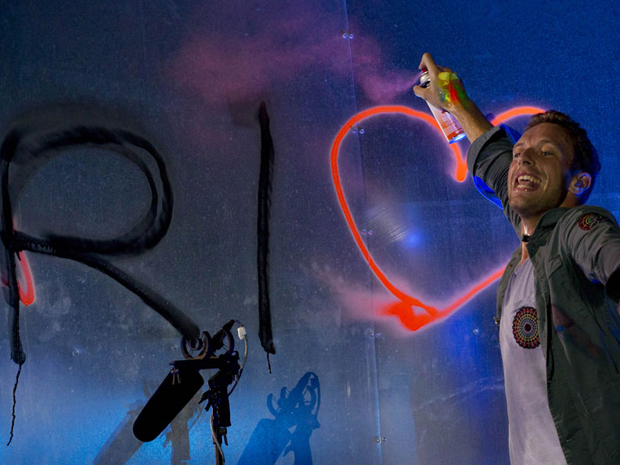 Chris Martin, do Coldplay, grafita durante show no Rock in Rio (Foto: Flavio Moraes/G1)