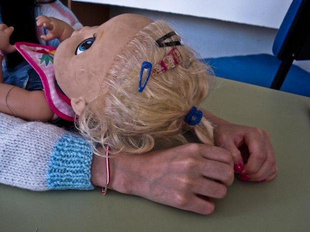 Menina 'inadotável' brinca com boneca, em casa de Curitiba. (Foto: Adriana Justi/G1 PR)