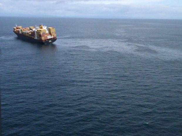 Imagem aérea feita nesta segunda-feira (10) mostra vazamento de petróleo do cargueiro Rena, que colidiu com um recife marinho na Nova Zelândia (Foto: AFP)