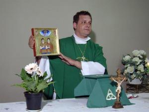 Celebração da missa com imagens de São Sérgio e São Baco em igreja episcopal (Foto: Aliny Mary Dias/G1MS)