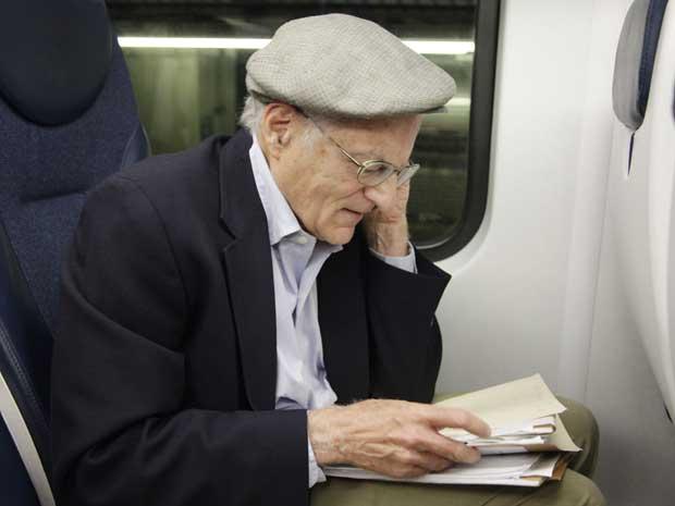 O professor Thomas Sargent fala ao telefone pouco após receber a notícia de que havia ganho o prêmio Nobel (Foto: AP)