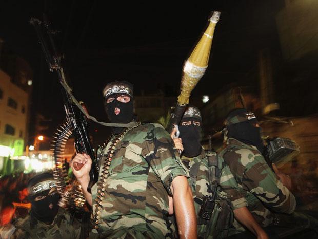 Militantes do Hamas comemoram acordo em Jabalya, no norte da Faixa de Gaza (Foto: Mohammed Salem/Reuters)
