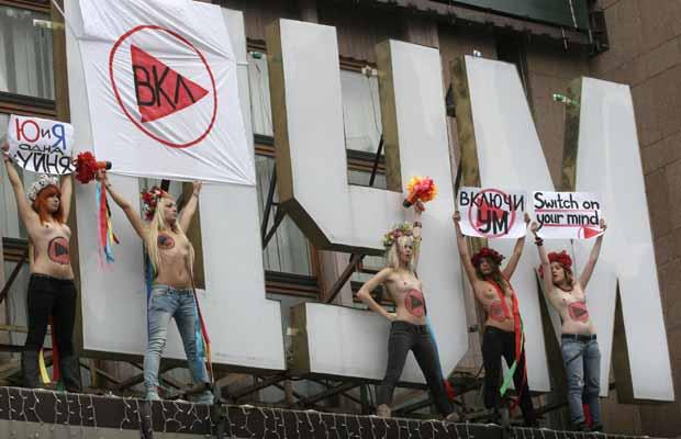 Ativistas do grupo feminista Femen fazem performance próximo a tribunal em Kiev, capital da Ucrânia, nesta terça-feira (11). Elas protestaram contra o confronto entre o presidente Viktor Yanukovich e a ex-premiê Yulia Timoshenko, que foi condenada a sete  (Foto: AP)