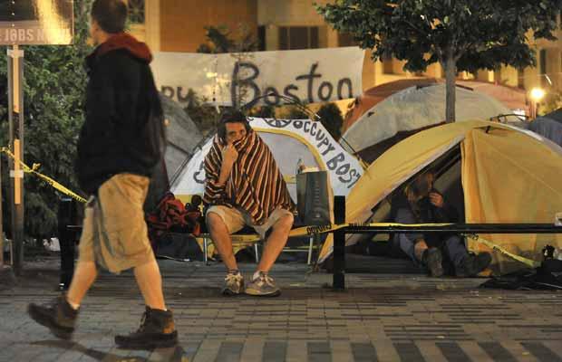 Manifestantes anti-Wall Street acampados na madrugada desta terça-feira (11) na cidade americana de Boston (Foto: AP)