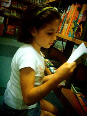 Carolina Miletic, de 8 anos, tem o hábito da leitura desenvolvido deste pequena (Foto: Arquivo pessoal)