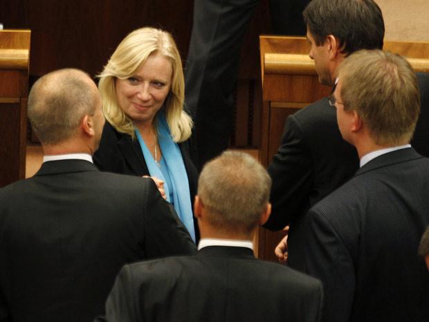 Parlamentares confortam a primeira-ministra da Eslováquia,  Iveta Radicova, depois da votação do fundo. (Foto: Petr Josek/Reuters)