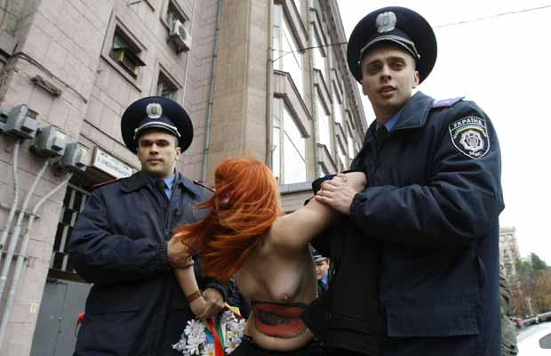 Elas protestaram contra o confronto entre o presidente Viktor Yanukovich e a ex-premiê Yulia Timoshenko, que foi condenada a sete anos de prisão nesta terça (Foto: Reuters)