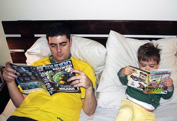 Alexandre Giesbrecht e o filho Guilherme, que não sabe ler, mas tem fascínio por livros (Foto: Arquivo pessoal)