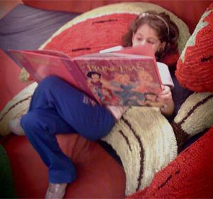 Carol já tem a própria biblioteca em casa (Foto: Arquivo pessoal)