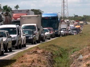 Trânsito flui na BR-324 após protesto contra construção de presídio (Foto: Reprodução/ TVBA)