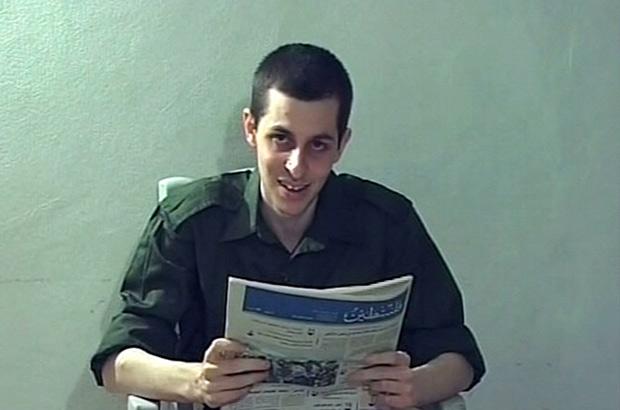 Imagem do soldado israelense Gilad Shalit divulgada pela TV israelense (Foto: Reuters)