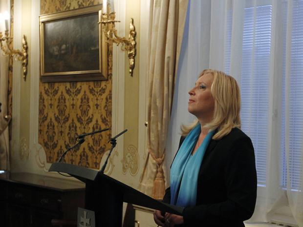 Primeira ministra Iveta Radicova em entrevista coletiva pouco antes do início da votação pelo parlamento eslovaco (Foto: Reuters)