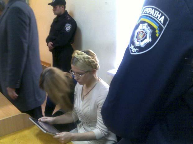 Imagem de celular mostra Yulia Timoshenko no tribunal, em Kiev, nesta terça-feira (11) (Foto: AP)