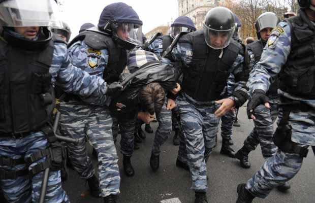 Partidários de Yulia Timoshenko enfrentam a polícia em frente ao tribunal nesta terça-feira (11) (Foto: AP)