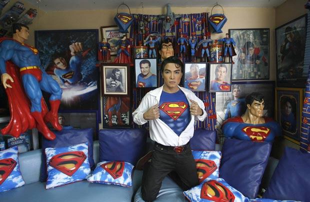 Casa de Chavez é toda decorada com objetos que lembram o homem de aço. (Foto: Cheryl Ravelo/Reuters)