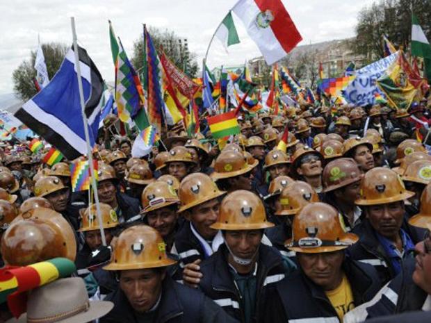 Manifestantes favoráveis ao governo de Evo Morales saíram às ruas de La Paz nesta quarta-feira (12). Eles  (Foto: Jorge Bernal/AFP)