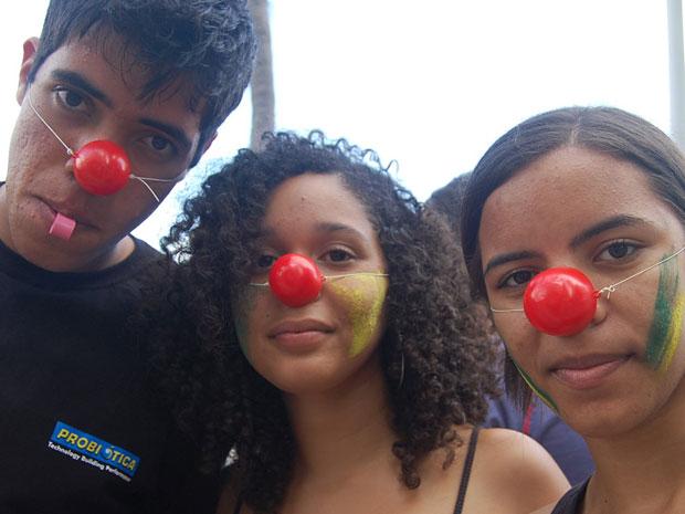 Caras-pintadas na Avenida Boa Viagem (Foto: Luna Markman/G1)