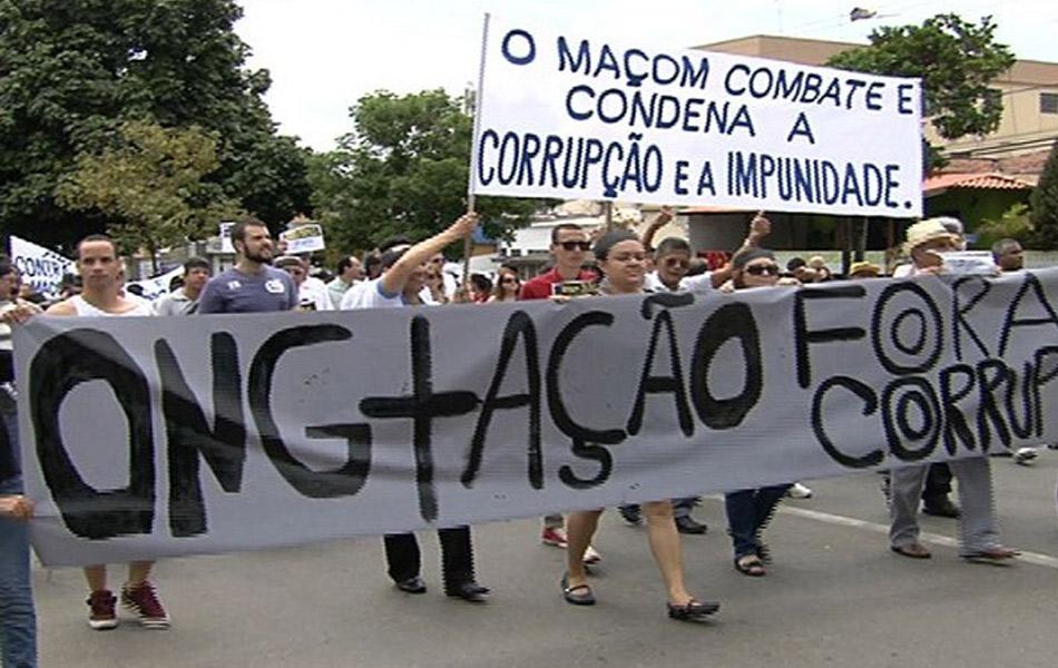 Goiânia - Grupo pede fim da corrupção pelas ruas da capital de Goiás, nesta quarta-feira (12)