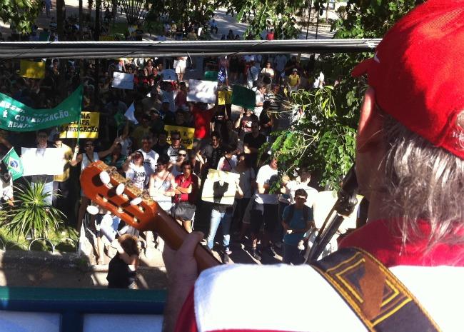 Manifestantes protestaram em meio músicas como 'Mostra a sua cara' e 'Para não dizer que eu não falei de flores'. (Foto: André Teixeira/G1)