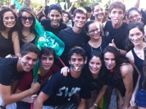 Jovens pintaram o rosto em refeência ao movimento 'caras-pintadas'. (Foto: André Teixeira/G1)