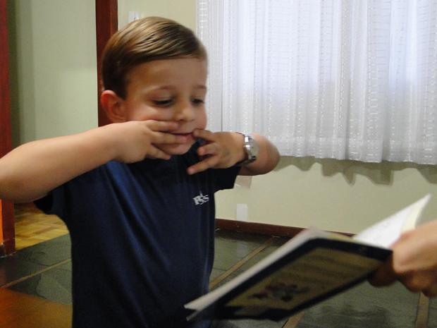 """""""Ele prefere livros a carrinhos"""", diz Cláudia Soares, avó de Fabrízzio Castro (Foto: Fernanda Brescia/G1)"""