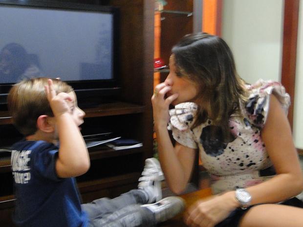 Aos quatro anos, Fabrízzio, que é filho de surdos, se comunica em Libras e está aprendendo Português (Foto: Fernanda Brescia/G1)