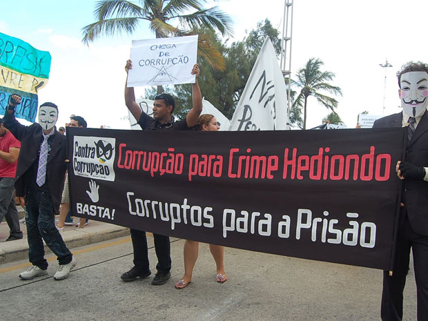 Manifestantes sugerem prisão para corruptos (Foto: Luna Markman/G1)