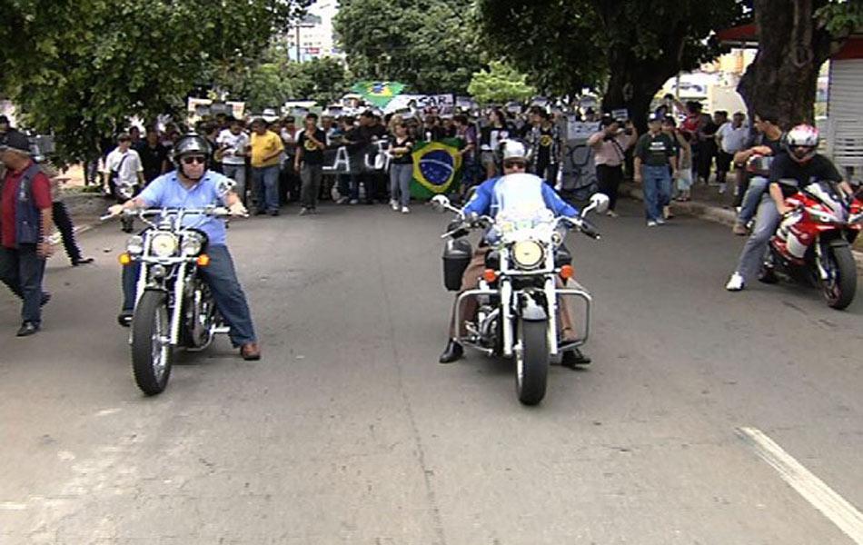 Goiânia - Manifestantes usam motocicletas e pedem fim da corrupção em Goiás