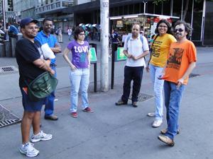 Seis manifestantes ficaram na Praça Sete, após dispersão da Marcha da Corrupção (Foto: Fernanda Brescia)