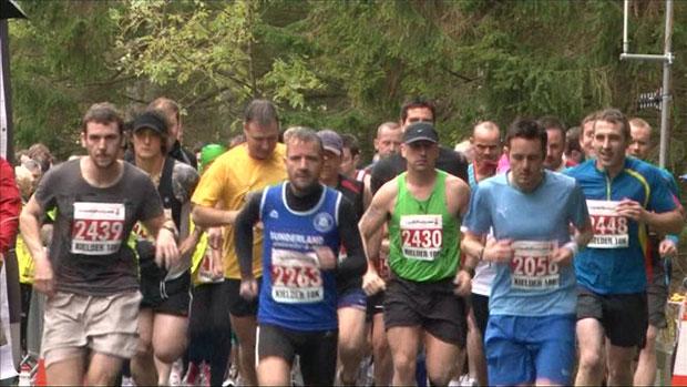 O corredor trapaceiro é visto durante a corrida (Foto: BBC)