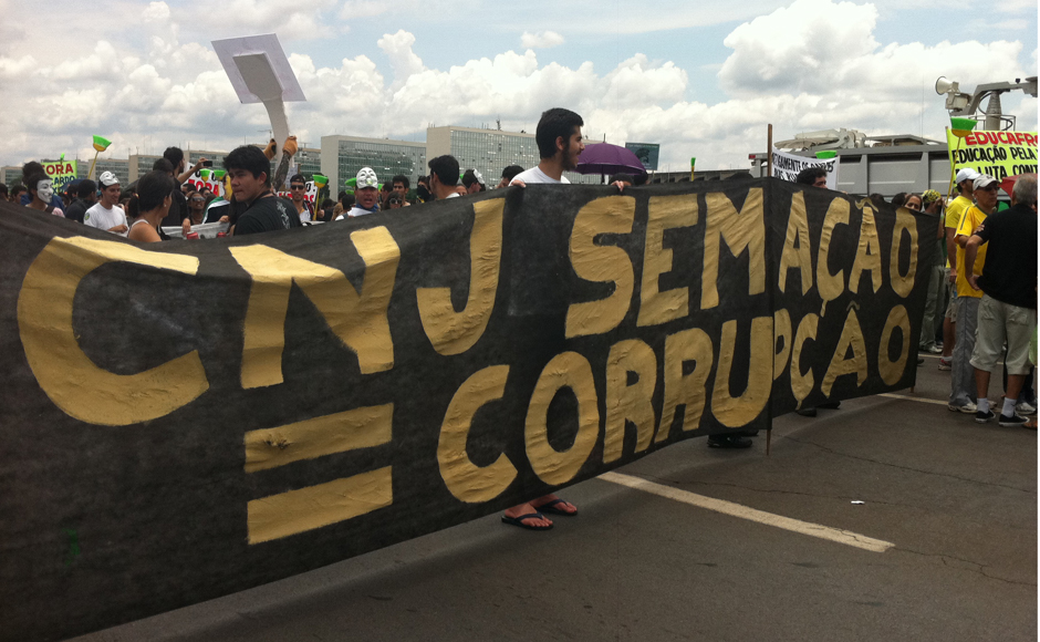 Brasília - Fora a Ficha Limpa e o fim do voto secreto no Congresso, manifestantes também defenderam a manutenção do poder de fiscalização do Conselho Nacional de Justiça, na pauta de julgamento do Supremo Tribunal Federal.