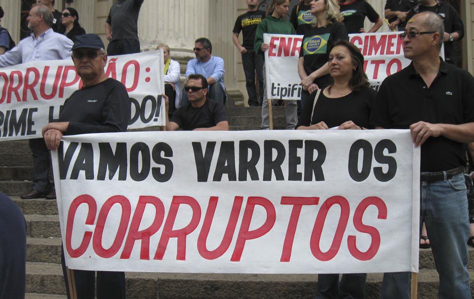 Paraná - Manifestantes se reuniram com faixas no Centro de Curitiba