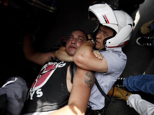 Manifestante é preso após quebrar fachada de lanchonete e de banco na Avenida Paulista (Foto: Filipe Araújo/Agência Estado/AE)