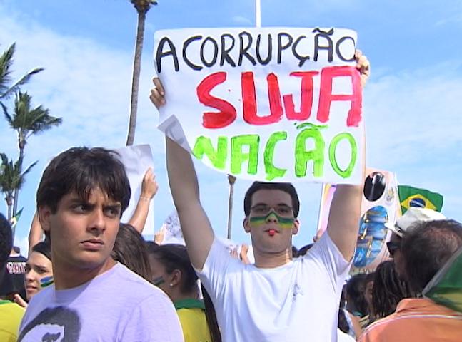 Frases de protesto são erguidas pelos jovens contra a corrupção (Foto: Reprodução TV Bahia)