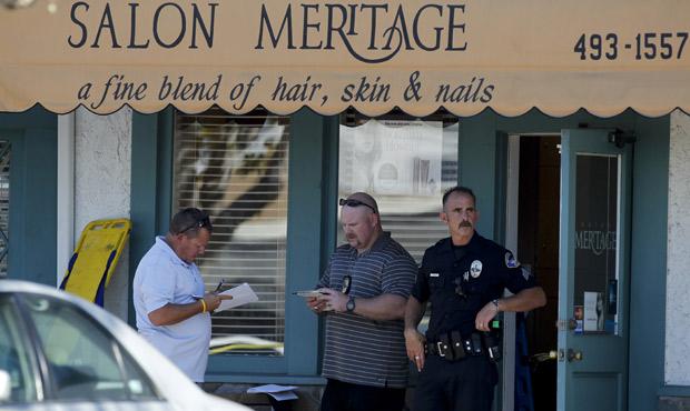 Investigadores da polícia no salão Meritage, em Seal Beach, na Califórnia, palco do tiroteio que deixou 6 mortos (Foto: Chris Carlson / AP)