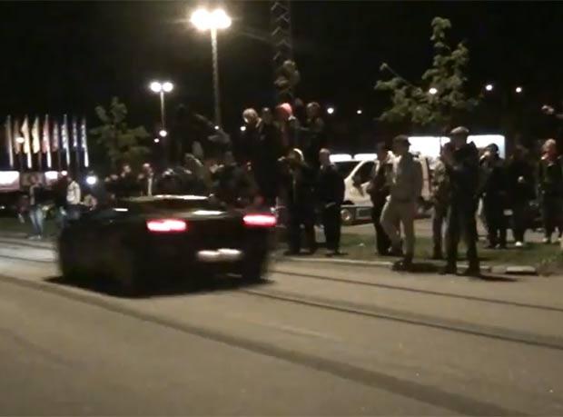 Sueco saltou sobre Lamborghini Gallardo em alta velocidade. (Foto: Reprodução/YouTube)