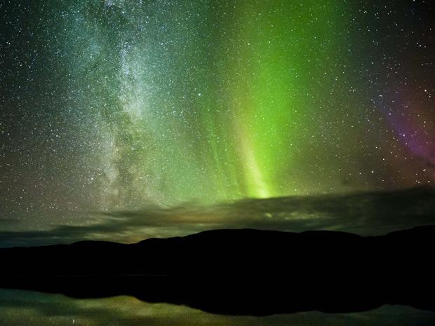 Via Láctea, à esquerda, e aurora boreal, no centro, apareceram ao mesmo tempo no céu da Noruega (Foto: Tommy Eliassen/Caters News)