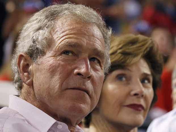 O presidente dos EUA, George W. Bush, com sua mulher, Laura, durante jogo de beisebol em Arlington, no Texas, em 8 de outubro (Foto: AP)
